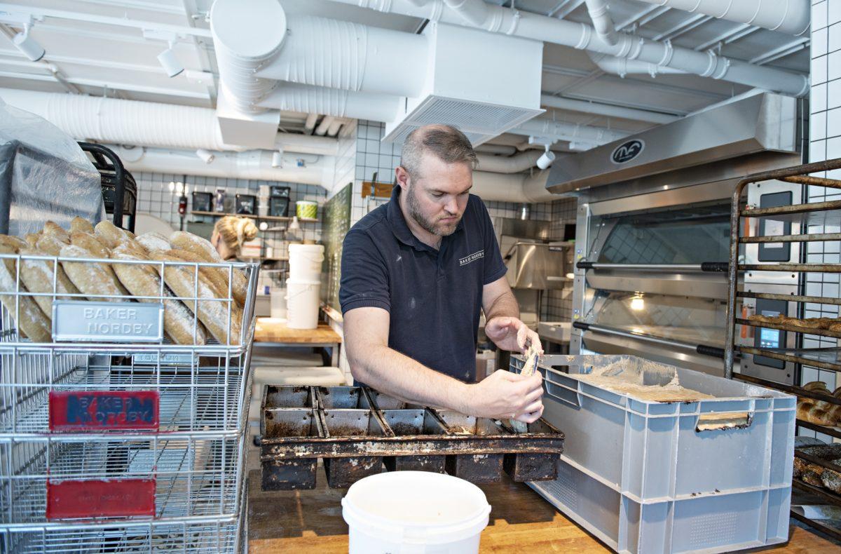 Surdeigsbaker Ivan Crenn bakte brød foran gjestene i det nye utsalget på Myrvoll torg. Over sommeren skal produksjonen øke betydelig.