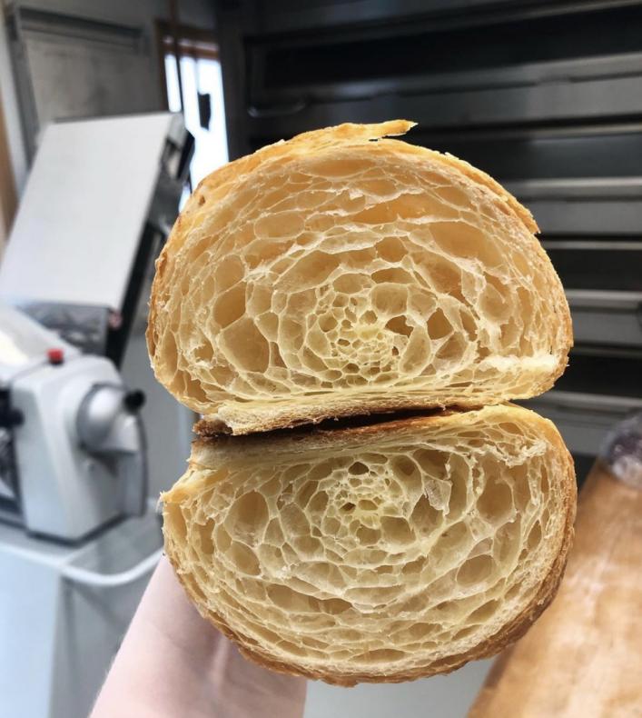 Ekte meierismør, god tid og masse kjærlighet er noen av ingrediensene i Flåm Bakeris populære croissanter.