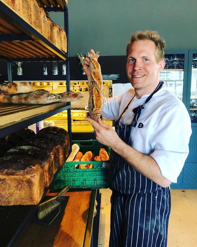 Tobias Gustafsson har 20 års erfaring som kokk, og nå har han blitt baker.