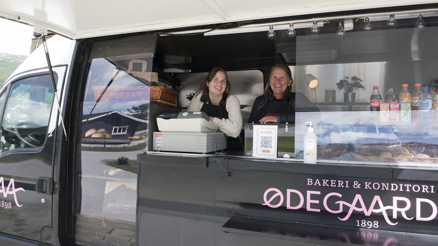 Merete Brendstuen (t.v.) og Anita Randen Sletten solgte bilen tom for varer i løpet av to timer på Bjorli.