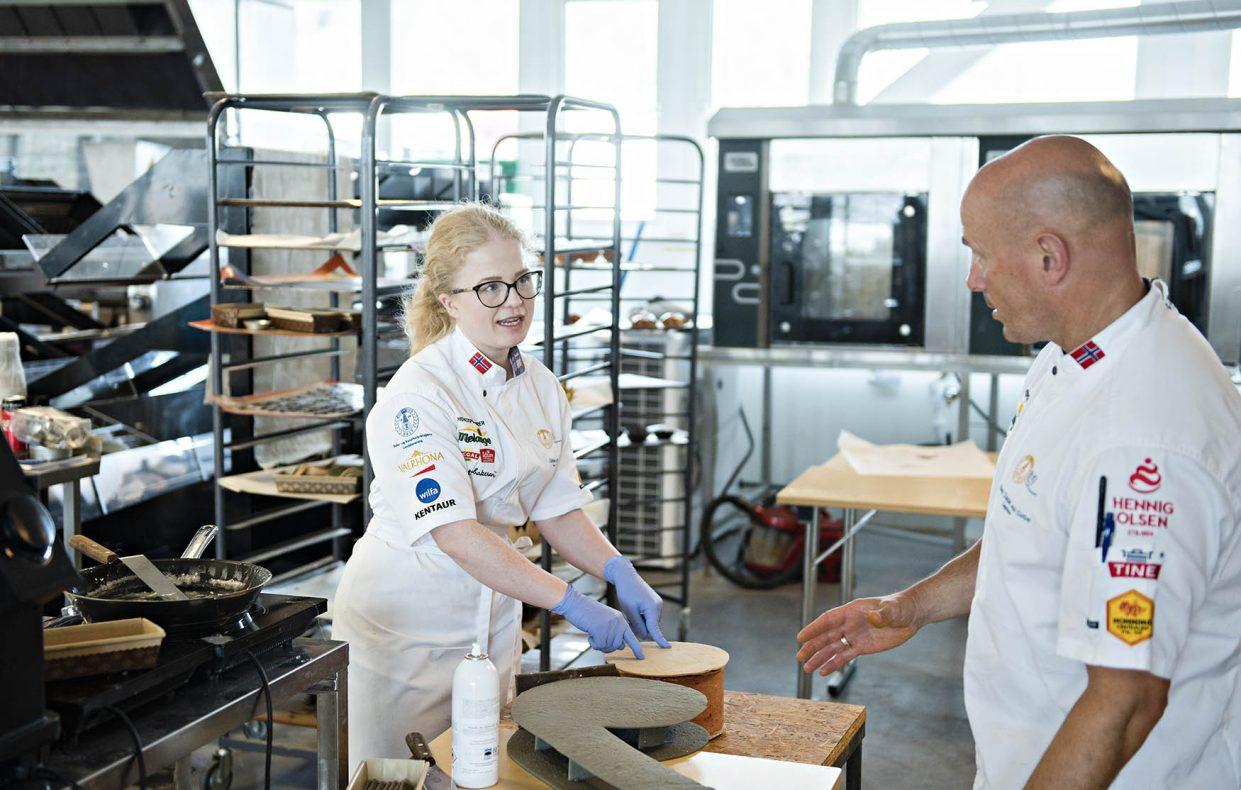 Trener Remy Corbet hjelper Cathrine Olsen med justeringer på showpiecen som skal bygges i Lyon i 2021.