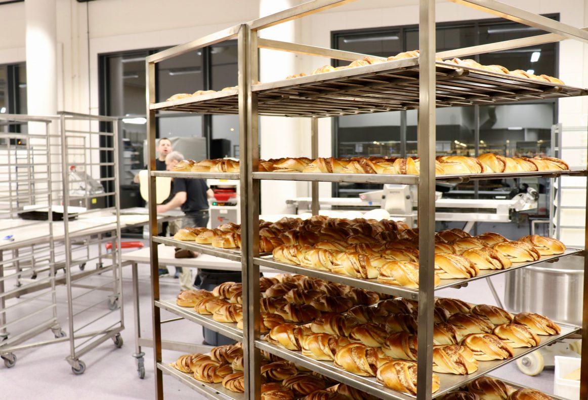 I det nye bakeriet på Forus klarer de å bake 2000 kanelsnurrer på 30 minutter.