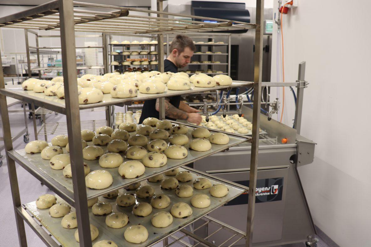 Glaze-maskinen fra Boyens Back gir ytterligere effektivisering i bakeriet.