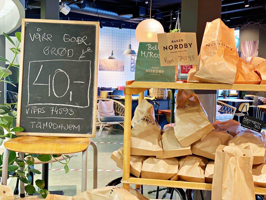 Bakeriutsalgene er gjort om til midlertidige take-away butikker. Kundene forsyner seg selv og vippser betalingen.