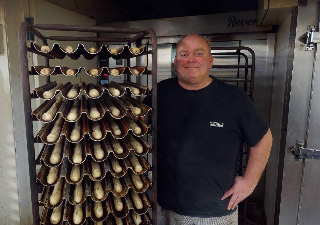Håndrullede bagetter er et eksempel på hvordan bakeriet må lage noe annet enn det dagligvarebutikkene har å by på, konstaterer Kristiansen.