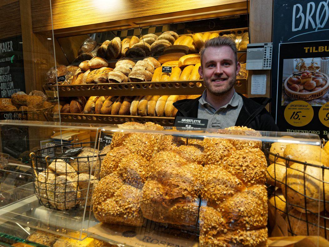 Brødene har alltid vært det største produktet i Rosenborg Bakeri, forteller Magnus Helgesen.