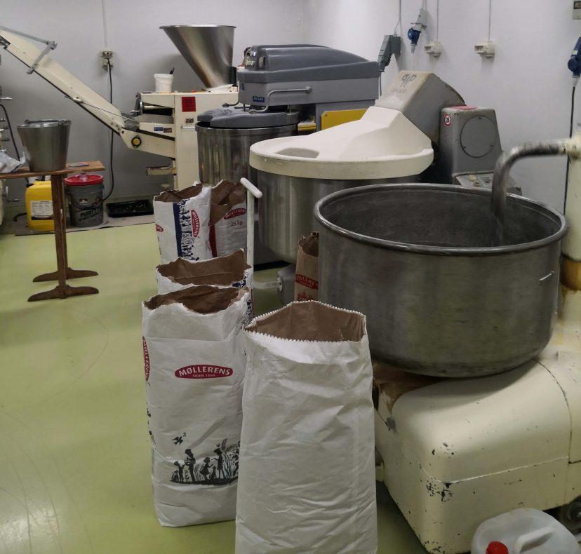 Bakeriet ligger i Vereide, noen kilometer unna utsalget i Sandane sentrum.