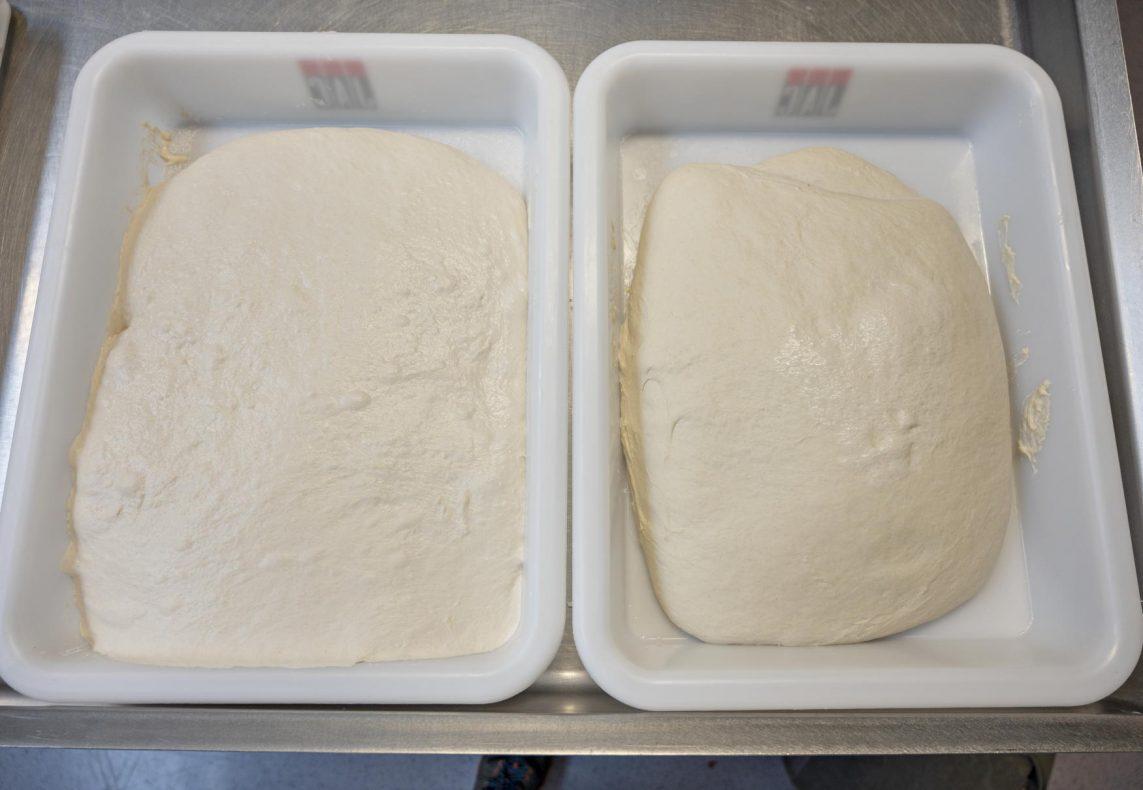 VANNFORSKJELL: Til venstre i bildet deig med 90 % hydrering og til høyre deig med 70 % hydrering.