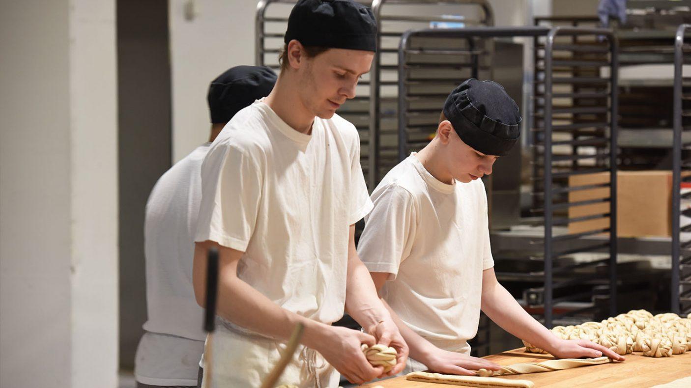 Jørn Halvor Lothe Strømsnes (t.v.) og Thomas Eriksen produserer kanelsnurrer, men antallet er ikke det det var.
