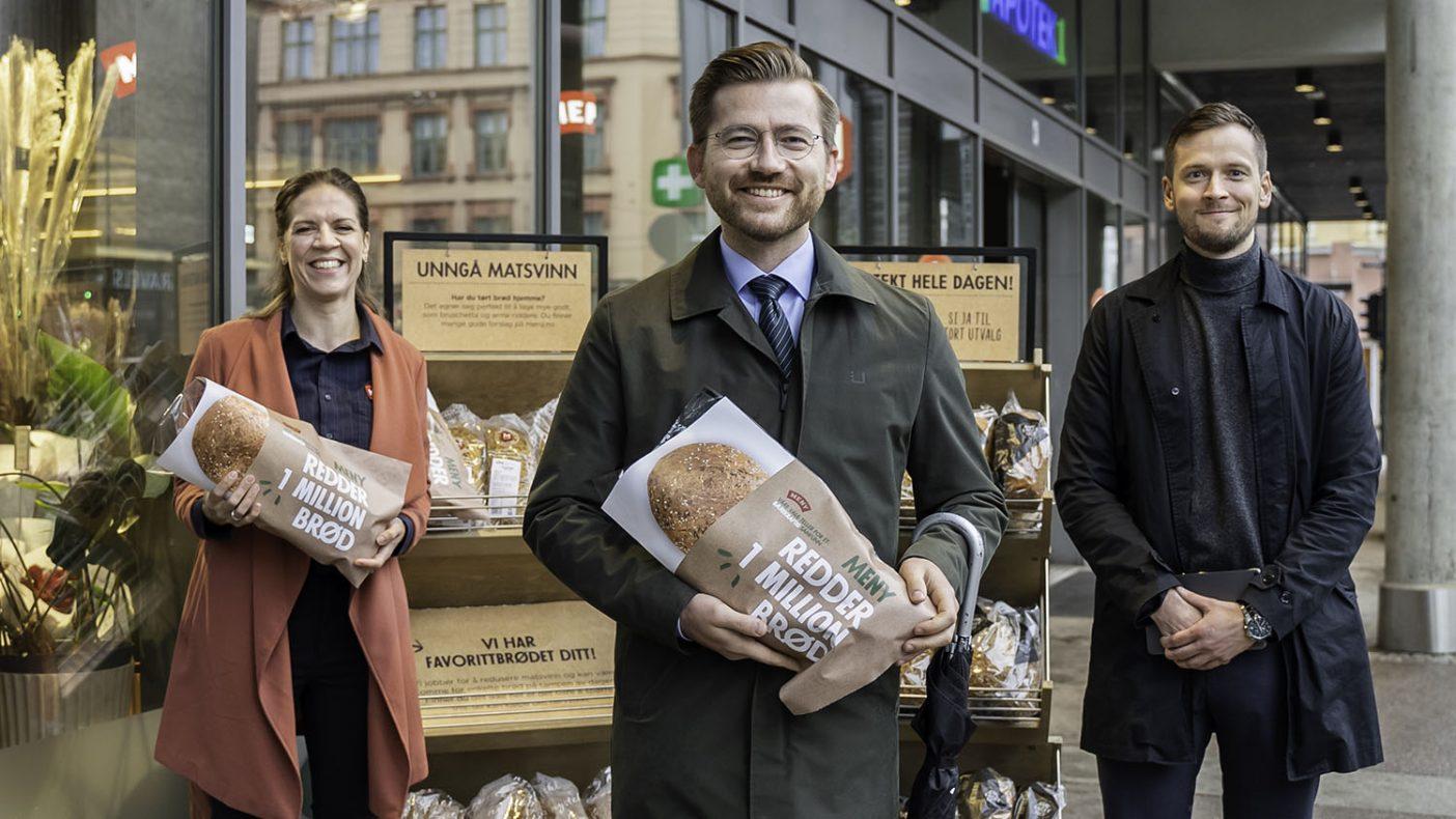 Kategoriansvarlig bakeri i Meny, Mari Kasbo (fra venstre), klima- og miljøvernminister Sveinung Rotevatn og prosjektleder Simon Fossum i Link Retail.