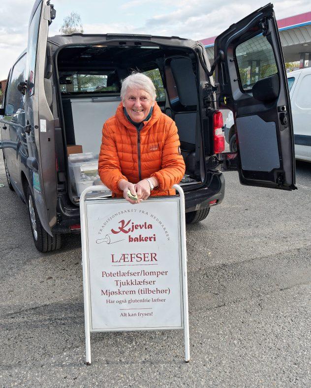 Varebiler og bagasjerom gjør tjeneste som butikk for småprodusentene.