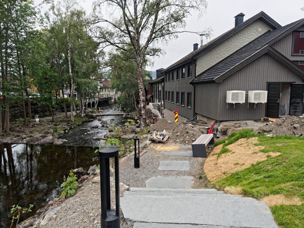 Bakeriet – som kommer i bygningen til høyre i bildet – ligger ved Mesna, Lillehammers sentrumselv som ikke har fått noen spesielt sentral plass i bybildet foreløpig.