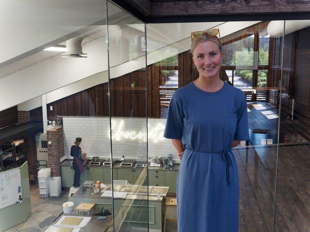 Fra utsiktshjørnet har Stephanie Henning og de besøkende utsikt rett inn på sjokoladeproduksjonen.