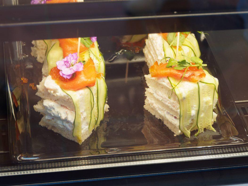 Smörgåstårta og andre svenskinspirerte tilbud står i disken og på menyen.