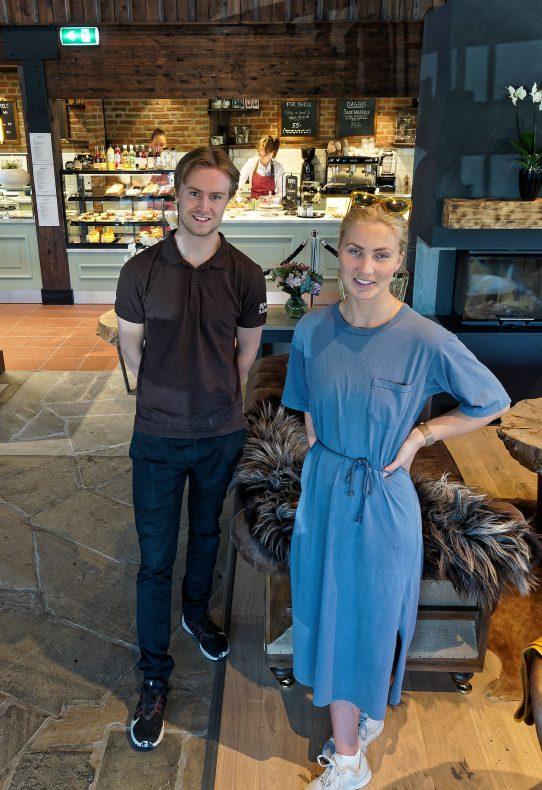 Driftssjef Joakim Hoholm og markedssjef Stephanie Henning og sørger for kafé, butikk og sjokoladefabrikk.