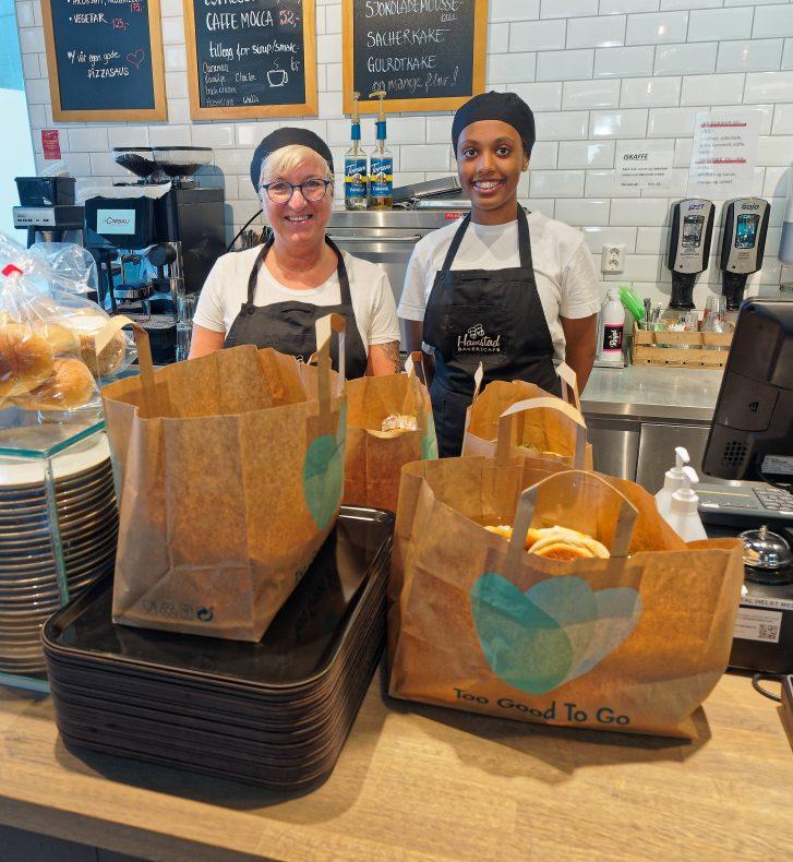 Linda Mikalsen og Hearmela Brhane har gjort klar dagens Too Good To Go-poser på Hamstads nyeste bakericafé, i Rørvik.