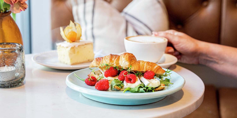 Noen av nordmenns favoritter: Croissant, napoleonskake og cafe au lait.