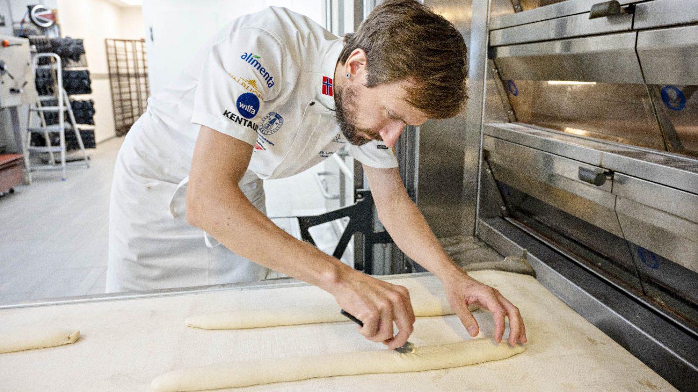 Fredrik Lønne gjør comeback på bakerlandslaget og har ansvar for brød og baguetter i Paris.