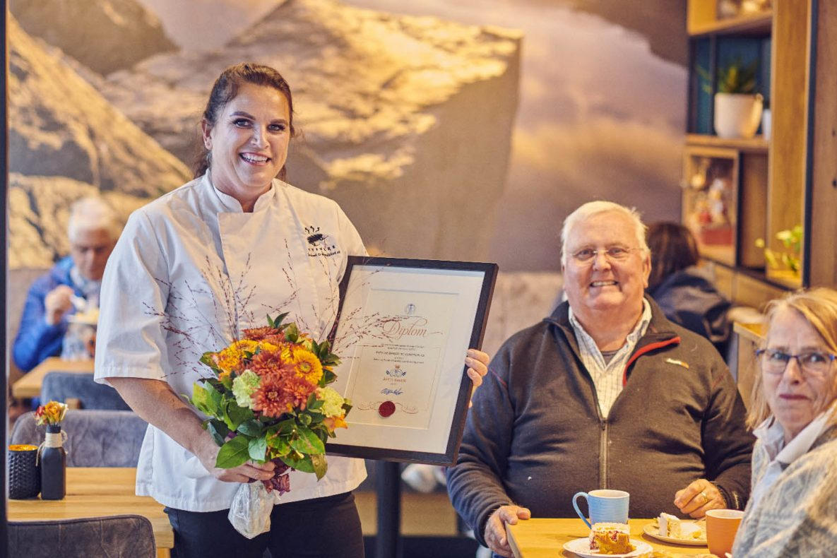 Gunvor Fiskå i Ryfylke Bakeri og Konditori hadde inviterte kundene sine til feiringen om hun skulle vinne, og spanderte kaffe og kaker.