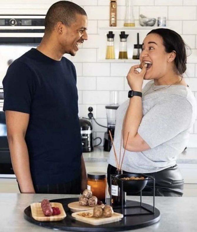Mustapha Oulkhou og Laila Afelad driver familiebedriften hjemme på kjøkkenet på Årnes.